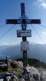 Gipfelrast am Hainzen, im Hintergrund der Dachstein