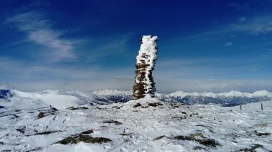 Steinmandle am Bergrücken